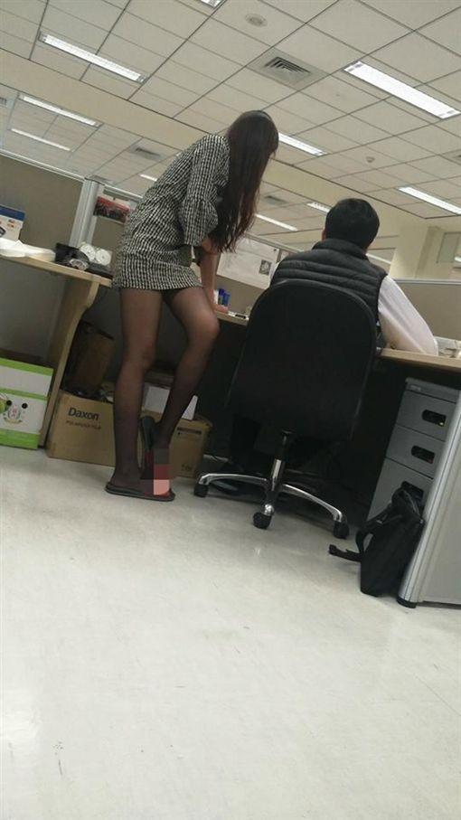 短裙黑絲襪女OL(圖/翻攝自爆廢公社)