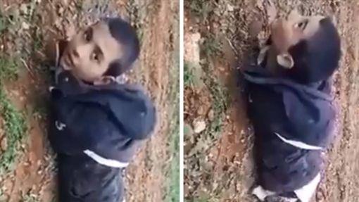 激進組織「伊斯蘭國」(IS)日前向敘利亞西北部發動攻擊,最後被敘利亞反抗軍「自由敘利亞軍」(FSA)擊退,過程中有一名IS童兵遭FSA活捉,他天真地問「你會射我嗎?」一名FSA成員則秒答「開槍射他!」(圖/翻攝自《Riam Dalati》推特)