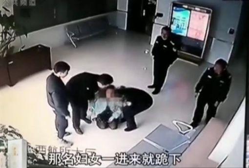 不堪長期遭15歲兒子毆打,大學女教授到警局下跪,只為斷絕母子關係。(圖/翻攝觀察者)