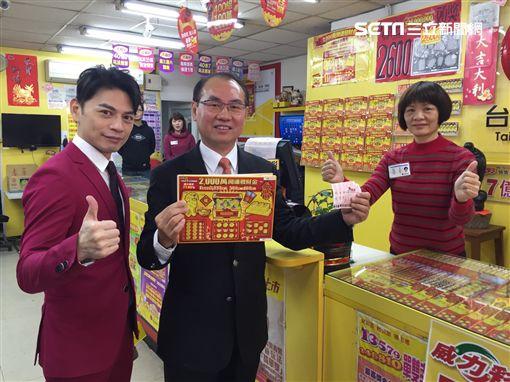 ▲台灣彩券公司員工集資購買一本2000元的刮刮樂。(圖/記者林辰彥攝影)