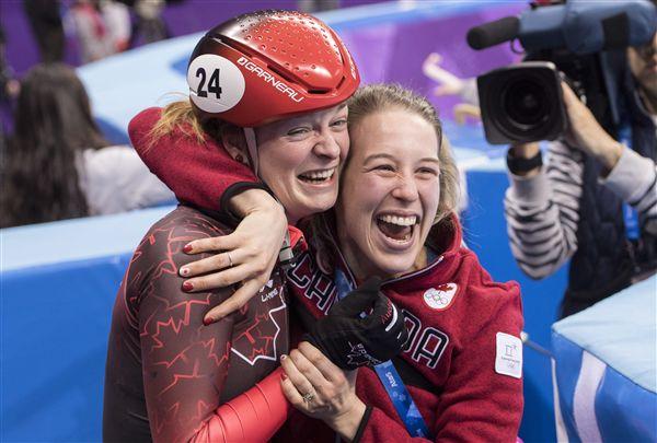 ▲加拿大Kim Boutin(左)得知遞補銅牌後與隊友相擁慶祝。(圖/美聯社/達志影像)