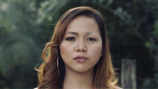 菲律賓女子用粉刺面膜,結果眉毛被拔光了。(圖/翻攝自Genella Pabianes Carabbacan臉書)