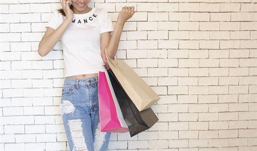 日本人妻太愛買欠一屁股債,怕老公發現下海當應召女。(購物示意/pixabay)