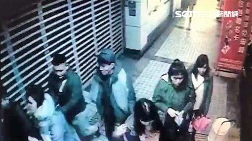 台北車站周邊疑有扒手出沒,被害人手機或皮夾不翼而飛,警方調閱監視器畫面後發現,鎖定3名蒙古籍男子涉有重嫌,趁3人再度前往南陽街時逮捕,訊後依竊盜罪送辦(翻攝畫面)