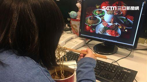 網友PTT發問,有沒有人也是要一個人孤單吃泡麵過除夕,意外釣出不少鄉民呼應。