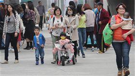 台北白天多雲舒適 民眾外出踏青(2)中央氣象局表示,由於水氣移入,中南部4日會先轉有雨,晚間鋒面和東北季風南下,北台灣也會轉濕涼,預計到週末天氣都不穩定。不少民眾把握4日白天多雲舒適好天氣外出踏青。中央社記者張皓安攝 107年1月4日