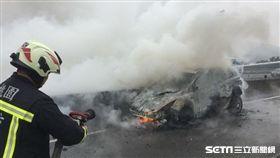 初一接近中午,國道中山高北上龜山路段火燒車,造成車輛回堵,桃園市消防局緊急滅火。翻攝畫面