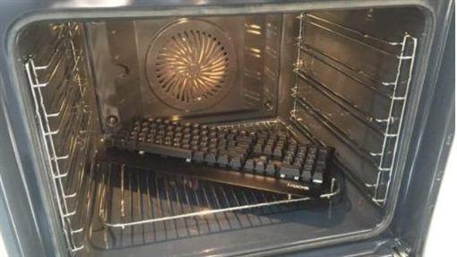 網友用烤箱烘鍵盤(圖/翻攝自PTT)