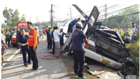 陸客團在泰國旅遊發生車禍,釀1死17傷。(圖/翻攝訊騰網)