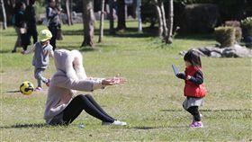 陽光露臉好天氣(2)中央氣象局表示,14日白天明顯回暖,全台高溫都可達20度以上,各地陽光露臉、天氣穩定,不少民眾上午趁著好天氣帶家人到公園遊玩。中央社記者鄭傑文攝 107年1月14日