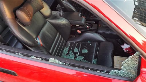 女下車買器械不到5分鐘,車窗被砸破車上珍貴物品全不見。(圖/翻攝爆料公社)