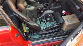 女下車買東西不到5分鐘,車窗被砸破車上貴重物品全不見。(圖/翻攝爆料公社)
