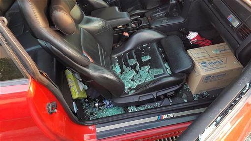 女下車買器材不到5分鐘,車窗被砸破車上珍貴物品全不見。(圖/翻攝爆料公社)