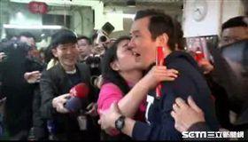 馬英九興隆菜市場遭女粉絲強吻 圖/資料照