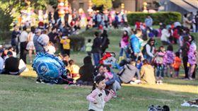 氣溫回升 民眾出遊享受溫暖陽光中央氣象局預報,14日白天寒流減弱,各地氣溫明顯回升,全台都是陽光露臉好天氣。下午華山文創園區滿是人潮,孩童在草地上奔跑玩耍,享受溫暖陽光。中央社記者裴禛攝 107年1月14日