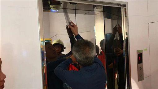 基隆東岸商場一家五口受困電梯50分鐘。(圖/翻攝畫面)