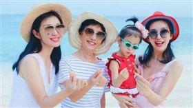李冰冰和妹妹楊雪跟媽媽合照。(翻攝自微博)