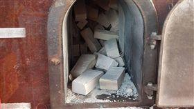 香爐過熱磚塊掉落  5人受傷(圖/翻攝畫面)