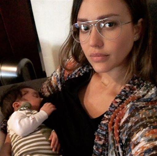 美國好萊塢演員潔西卡艾芭(Jessica Alba)自從生下兒子海斯(Hayes)後,常在Instagram上「曬娃」,上周五她帶海斯購物時,臨時要餵奶,她直接超市Target更衣間哺乳,雖然眼神略顯疲憊,但充滿著母愛,看得出來很享受親子時光。(圖/翻攝自jessicaalba IG)