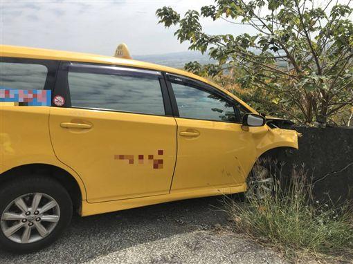 岡山之眼下坡自撞 「9人擠一台小黃」全受傷(圖/翻攝畫面)