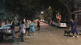 墨西哥遭強震侵襲,民眾嚇得跑到街頭避難(圖/路透社/達志影像)