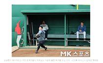 ▲吳昇桓春訓在球探前牛棚。(圖/截自韓國媒體)