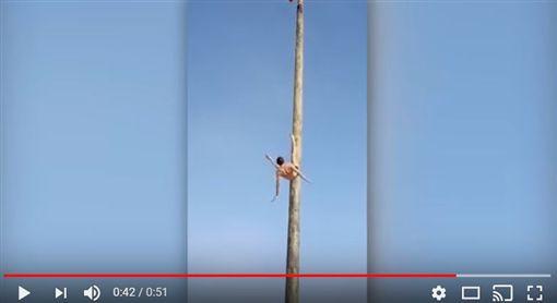 俄羅斯,謝肉節,高柱,墜地(圖/翻攝自Xtyle Channel YouTube)https://www.youtube.com/watch?v=eRxpySSeEVI