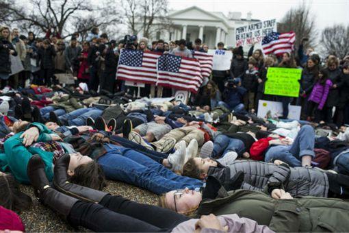 美國,槍案,白宮,抗議,修法,槍支法案 圖/翻攝自美國全國廣播公司