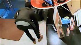 花蓮,偷竊,竊盜,網咖,小偷,綁鞋帶,翻攝自爆料公社
