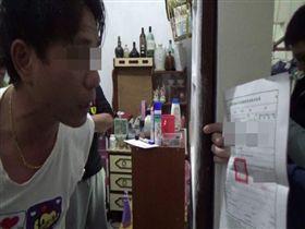 高雄鳳山警方,於初三晚間持拘票,逮涉嫌犯下2件搶案及持有毒品的黃男法辦。翻攝畫面