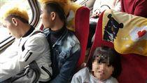 開工日自強號擠爆!移工用簡單中文讓位給小孩「互靠看風景」(圖/Ruian Wu授權提供)