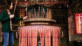 一樓「媽祖爐」上總貼滿各地宮廟前來進香的紅色貼條