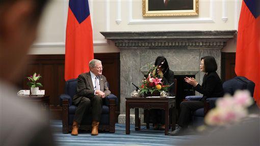 蔡英文總統21日上午接見美國參議院「台灣連線」共同主席殷霍夫(James Inhofe)及參眾議員訪問團。(圖/總統府提供)