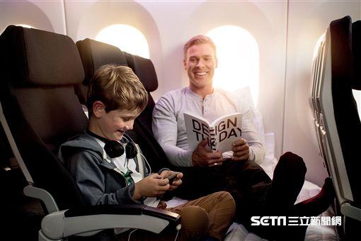 紐西蘭航空首創的Economy Skycouch™ 「空中沙發」,能輕鬆將同排相鄰的三個座椅轉換成平坦沙發,為親子及情侶打造專屬獨立空間。(圖/紐西蘭航空提供)