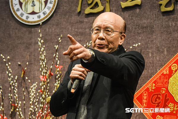 台灣大學22日新春團拜,歷任校長出席並發表針對校長遴選爭議看法。 圖/記者林敬旻攝