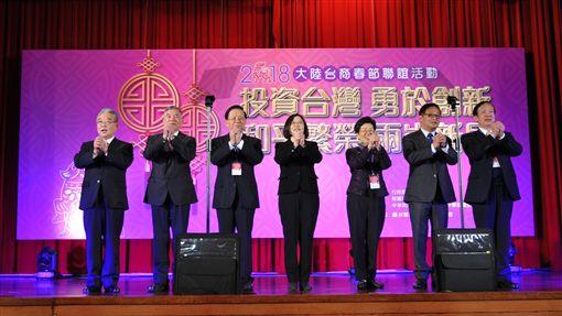海基會21日在圓山飯店舉辦「2018大陸台商春節聯誼活動」,蔡英文總統(中)出席與台商團拜。(圖/海基會提供)