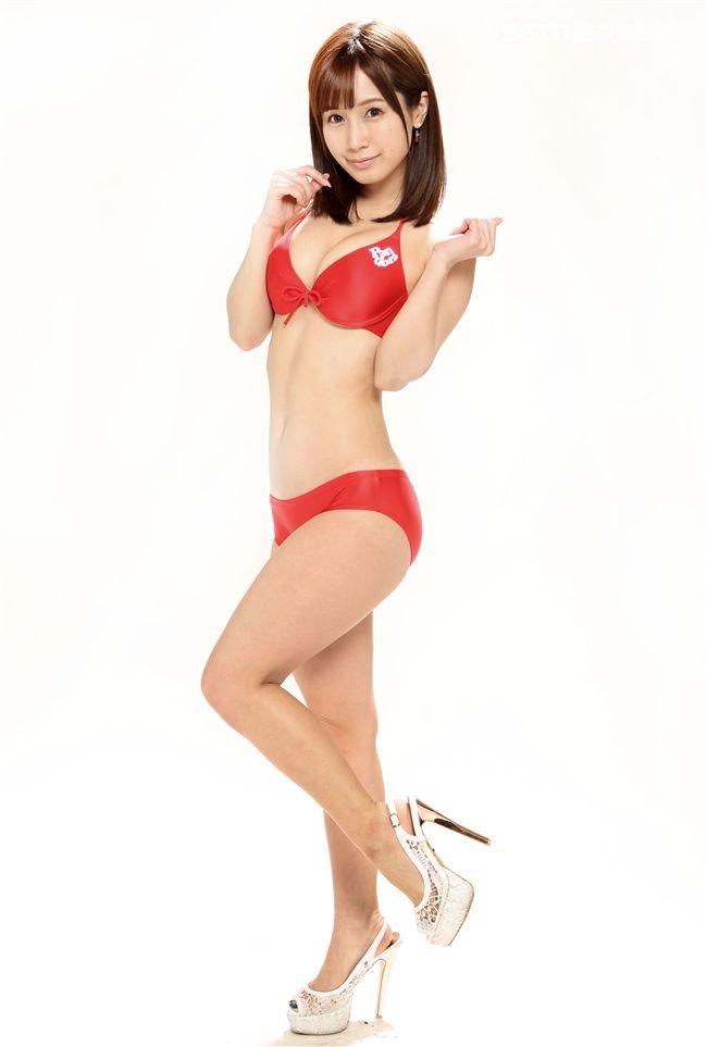 日本AV女優小島南性感比基尼。(記者邱榮吉/攝影)