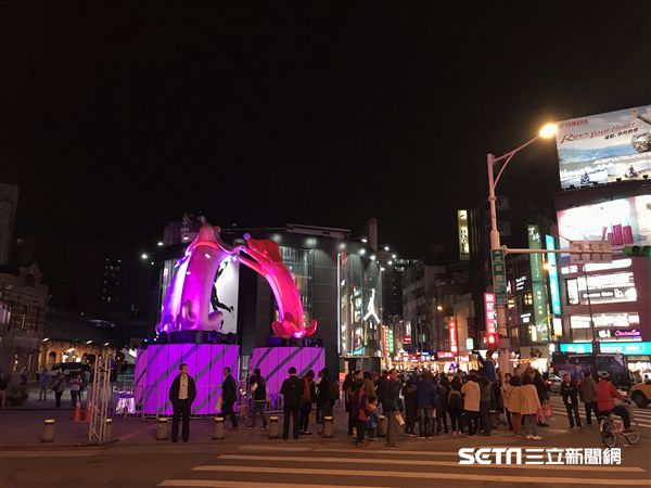 台北燈節,幸福魔力狗。(圖/記者簡佑庭攝)