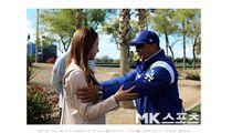 ▲柳賢振妻子裵智賢與洛杉磯道奇總教練Dave Roberts相見歡。(圖/截自韓國媒體)