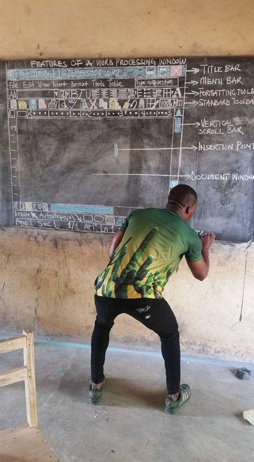 電腦,Word,非洲,功能,介面,黑板,老師,教育,資源(圖/翻攝自臉書Owura Kwadwo Hottish)