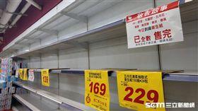 衛生紙喊漲,各大賣場貨架都空了!(圖/記者李鴻典攝)