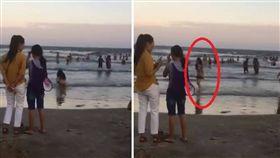 大陸有網友日前po出一段影片,有一女子疑全裸下海,無視旁人眼光在沙灘與海水交界處穿上泳裝,隨後自然地撥一撥頭髮走向沙灘。網友看到之後,紛紛猜測該女子可能在海裡「拉屎」。(圖/翻攝自eoun推特)