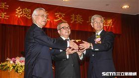 中央銀行新卸任總裁交接,卸任總裁彭淮南、新任總裁楊金龍。 圖/記者林敬旻攝