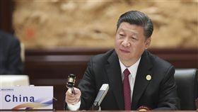 北京提一帶一路 參與主導國際事務「一帶一路」彰顯北京在中國國家主席習近平領導下更積極參與並主導國際事務。圖為習近平5月主持在北京舉行的「一帶一路國際合作高峰論壇」圓桌峰會。(中新社資料照片)中央社 106年10月6日