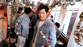 公車裡滿滿都是宥勝道世界各地蒐集的紀念品(圖/極旅製作提供)