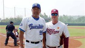 富邦悍將二軍總教練陳連宏代表與耐克森英雄二軍總教練Shane Spencer交換禮物。(圖/富邦悍將提供)