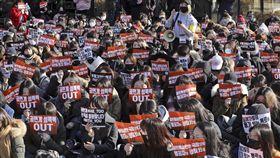 南韓人民支持「#MeToo」(我也是)反性侵運動(圖/美聯社/達志影像)