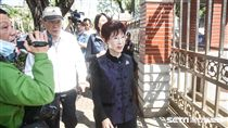 前國民黨主席洪秀柱探視反年改抗議群眾。 圖/記者林敬旻攝