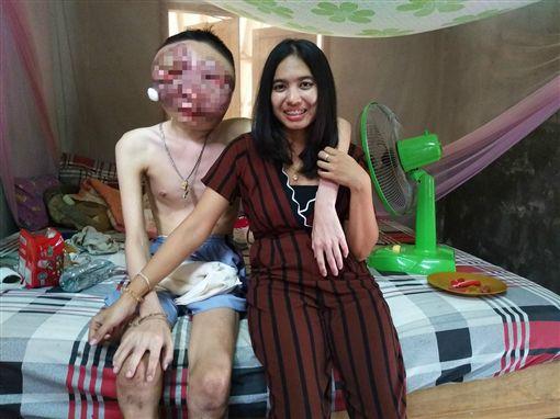 泰國一名女網友常姞(Atittaya Chumkeaw)常在臉書放閃,分享她與罹癌男友的幸福合照。她男友因罹癌導致臉部變形,但常姞不離不棄,23日還po出兩人合照一同慶祝交往3周年,不少網友看到之後十分感動,紛紛集氣希望她男友能早日康復。(圖/翻攝自Atittaya Chumkeaw臉書)