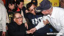 前行政院長郝柏村與郝龍斌前往探視反年改民眾。 圖/記者林敬旻攝